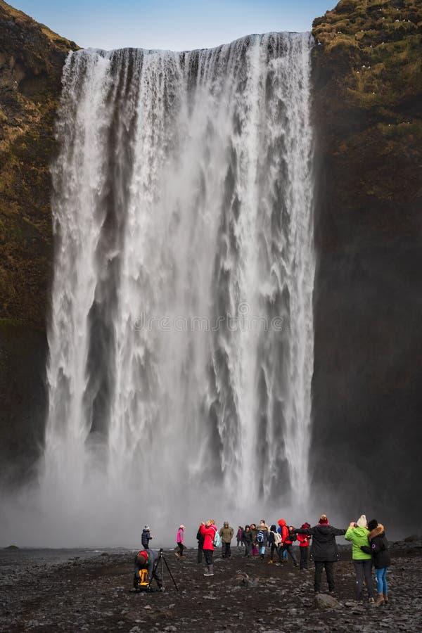 Cachoeira de Skogafoss, Islândia sul - 28 de fevereiro de 2019: A cachoeira enorme e poderosa Skogafoss em Islândia sul no inve fotos de stock