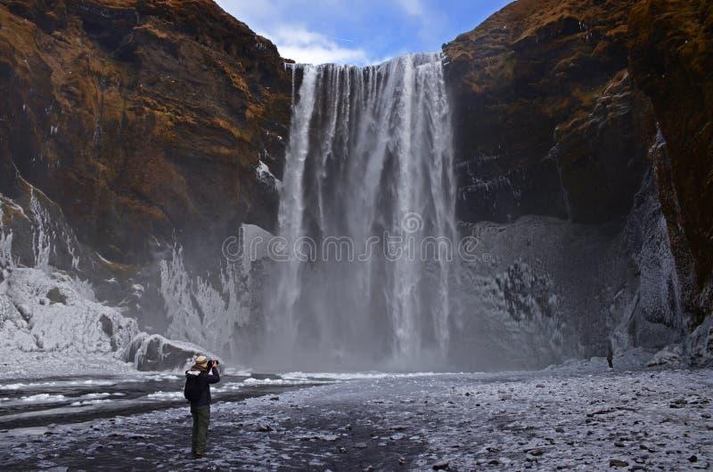 Cachoeira de Skogafoss no rio de Skougau, no sul de Islândia, na região de Sydurland foto de stock royalty free