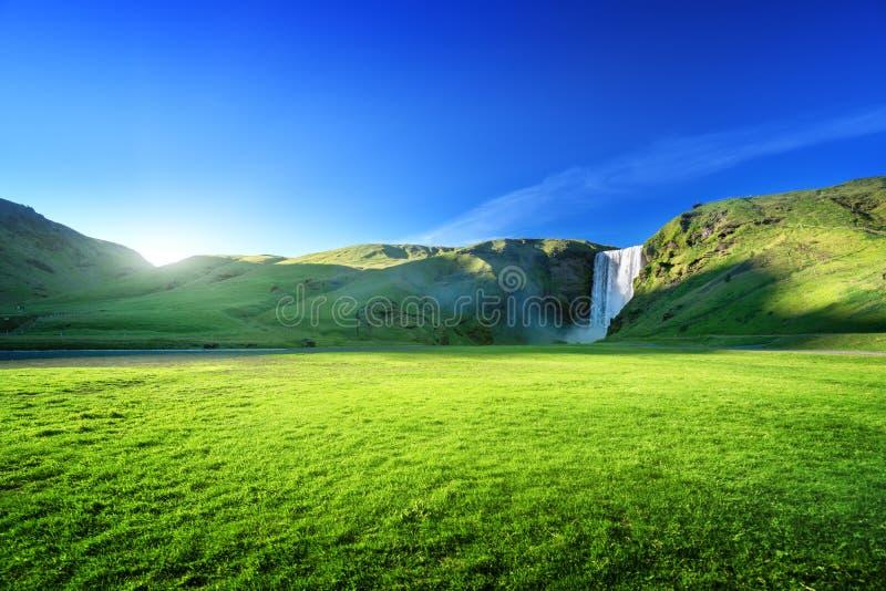 Cachoeira de Skogarfoss e dia ensolarado do verão imagens de stock royalty free