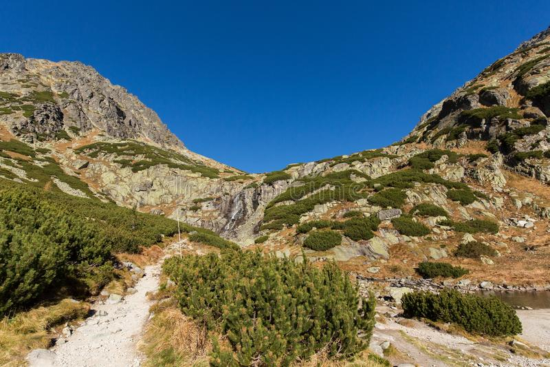 Cachoeira de Skok Montanhas altas de Tatras em um dia de verão imagens de stock royalty free