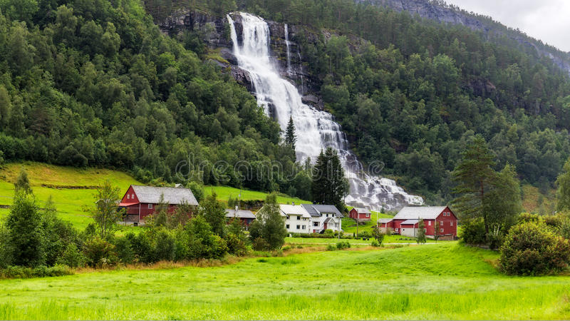 Cachoeira de Tvindefossen em Noruega foto de stock royalty free