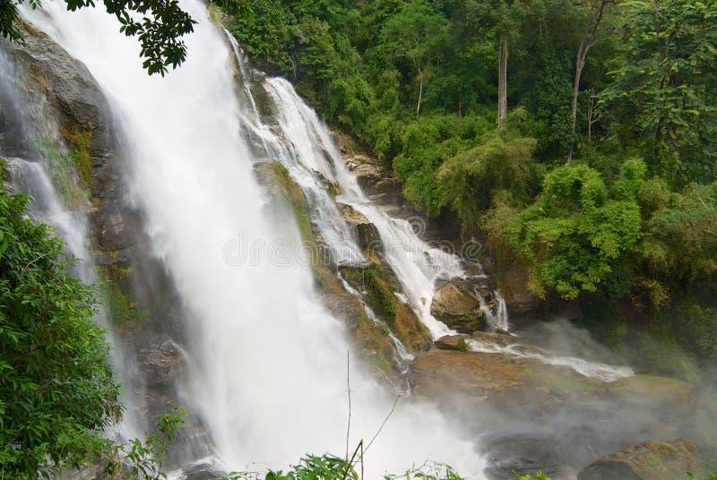 Cachoeira de Wachiran em uma selva no parque nacional de Doi Inthanon em Chiang Mai, Tailândia imagem de stock
