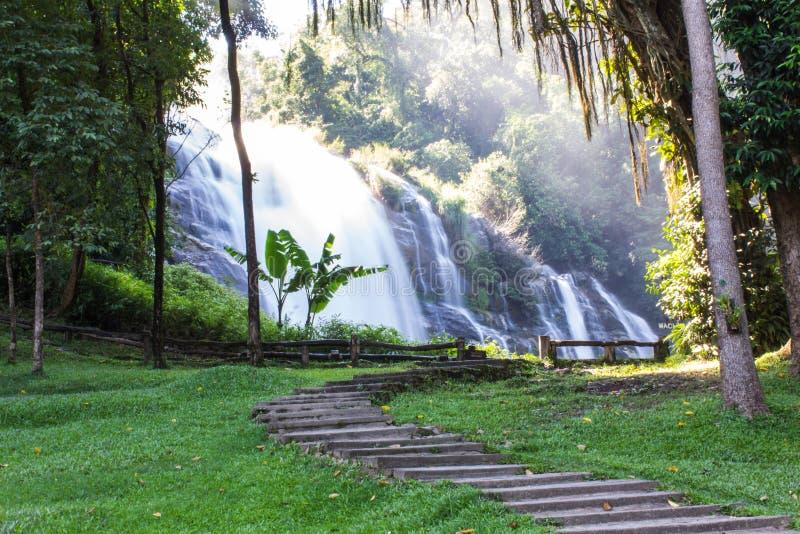 Cachoeira de Wachirathan, parque nacional de Doi Inthanon em Chiang Mai, imagem de stock