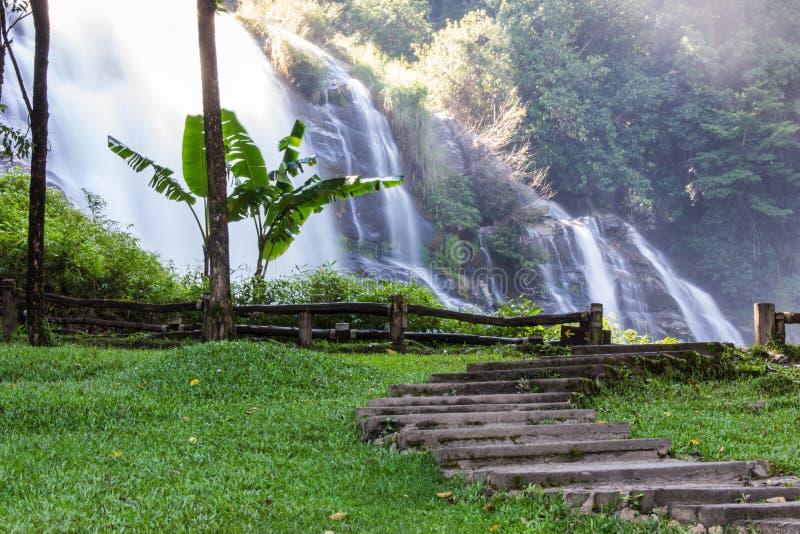 Cachoeira de Wachirathan, parque nacional de Doi Inthanon em Chiang Mai, imagens de stock royalty free