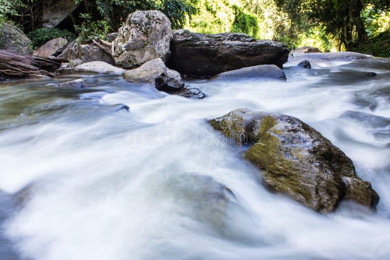 Cachoeira de Wachirathan, parque nacional de Doi Inthanon em Chiang Mai, fotografia de stock royalty free