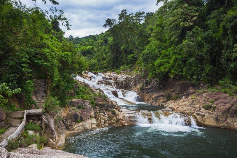 Cachoeira de Yang Bay dos arredores em Vietname fotos de stock