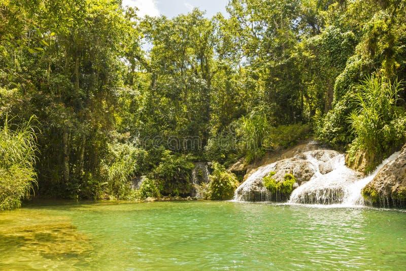 Cachoeira do EL Nicho, em montanhas de Scambray cuba foto de stock