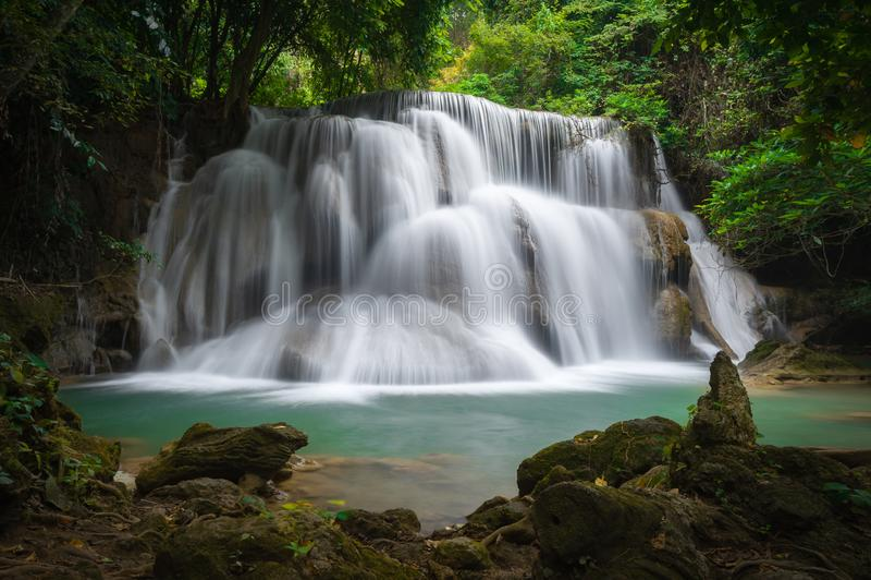 A cachoeira do khamin dos mae de Huay, esta cascata é verde e popular esmeraldas fotos de stock royalty free