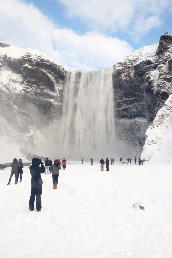Cachoeira dos gafoss do ³ de Skà em Islândia com turistas fotos de stock