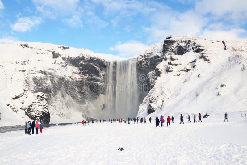 Cachoeira dos gafoss do ³ de Skà em Islândia com turistas imagem de stock royalty free