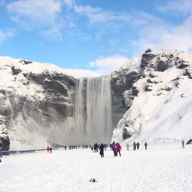 Cachoeira dos gafoss do ³ de Skà em Islândia com turistas imagens de stock