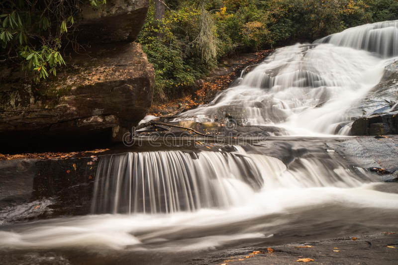 Cachoeira e floresta na queda fotografia de stock royalty free