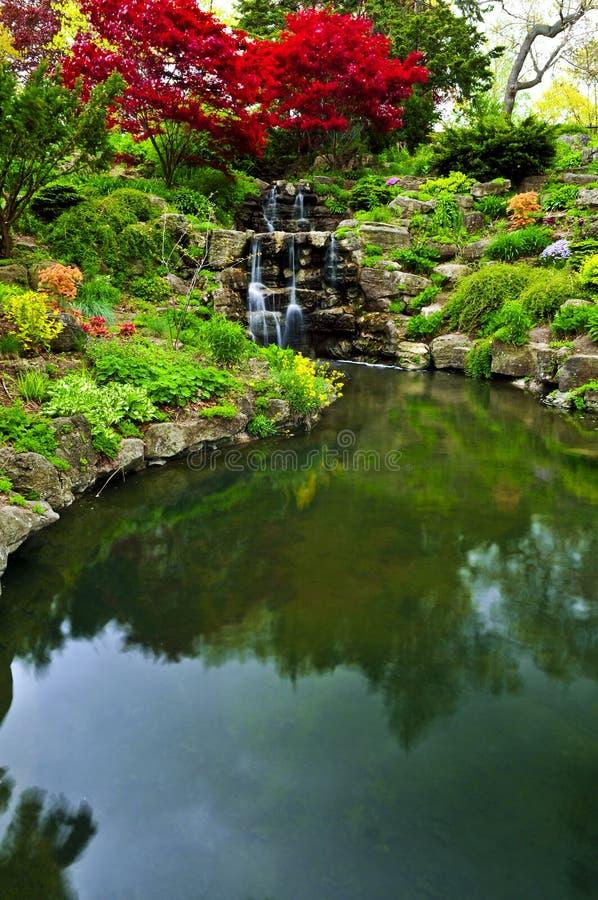 Cachoeira e lagoa de conexão em cascata imagens de stock