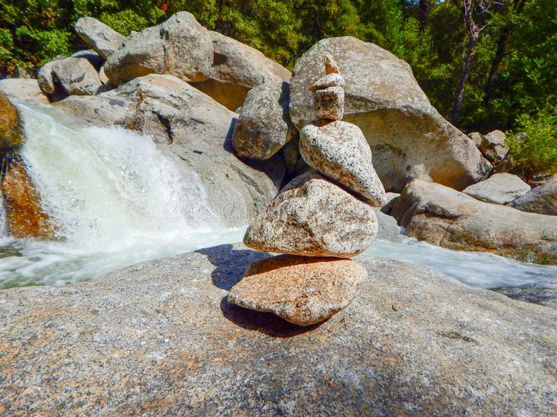 Cachoeira e rochas diminutas de Yosemite fotografia de stock royalty free