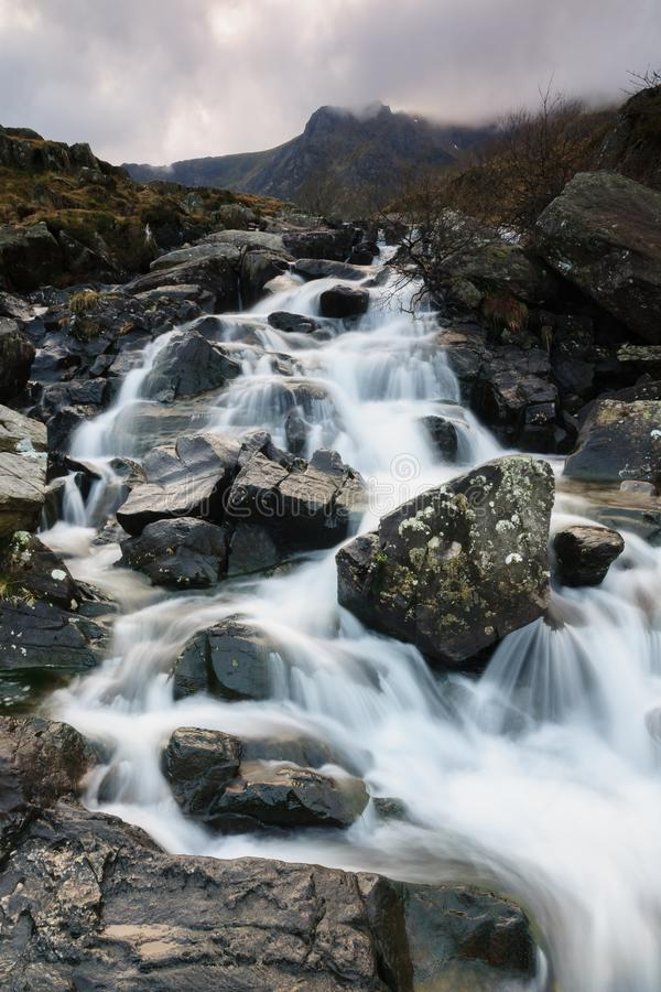 Cachoeira em Cwm Idwal Gales fotos de stock royalty free