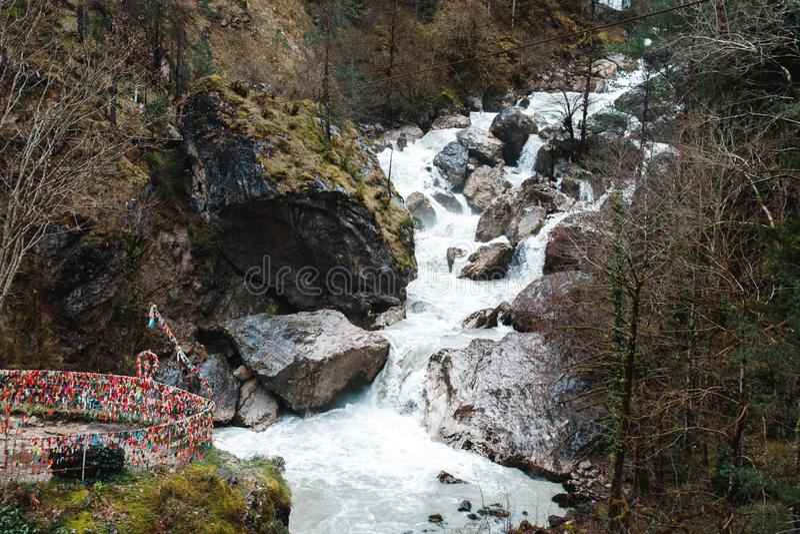 Cachoeira em montanhas cliffy da Abkhásia imagens de stock