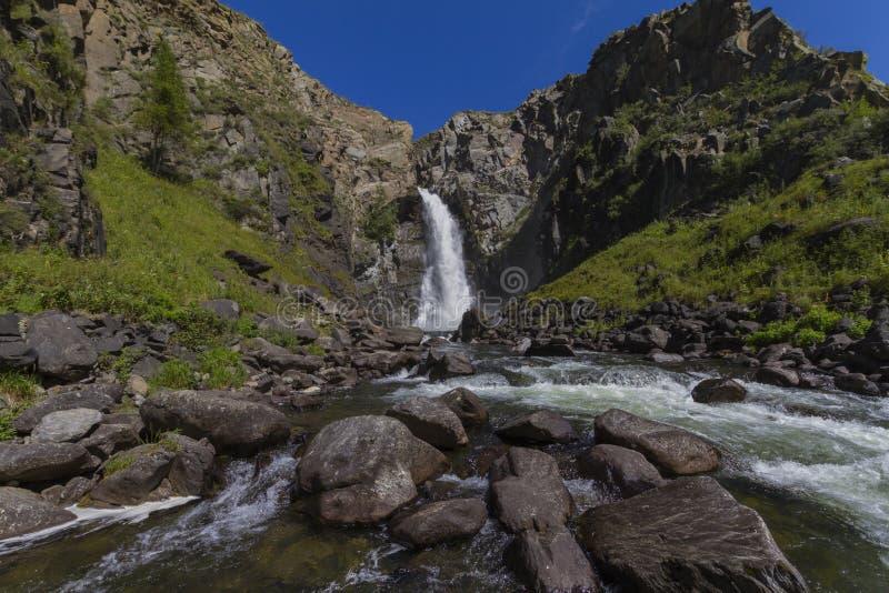 Cachoeira em montanhas de Altay fotografia de stock royalty free