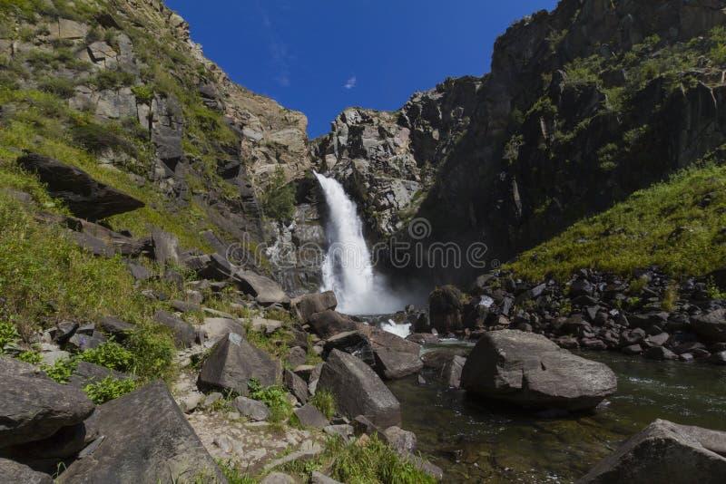 Cachoeira em montanhas de Altay Paisagem bonita da natureza foto de stock royalty free