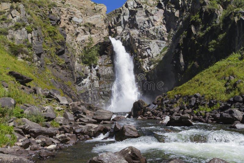 Cachoeira em montanhas de Altay Paisagem bonita da natureza fotos de stock royalty free