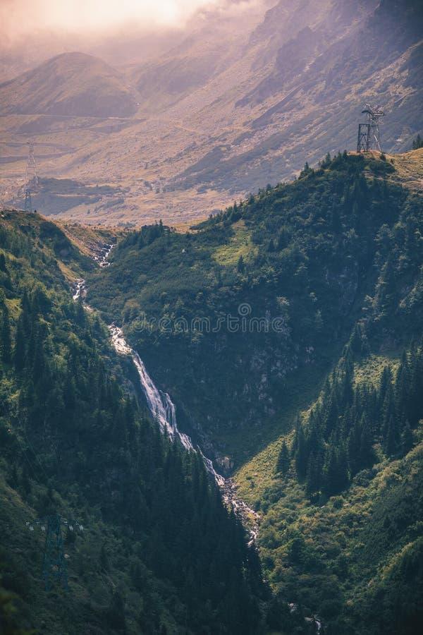 Cachoeira em montanhas de Fagaras, Sibiu de Balea, a Transilvânia, Romani foto de stock royalty free