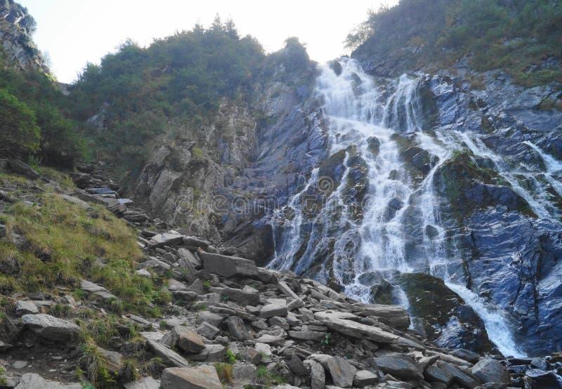 Cachoeira em montanhas de Fagaras, a Transilvânia de Balea, Romênia imagem de stock