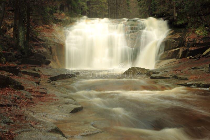 Cachoeira em montanhas gigantes fotografia de stock royalty free
