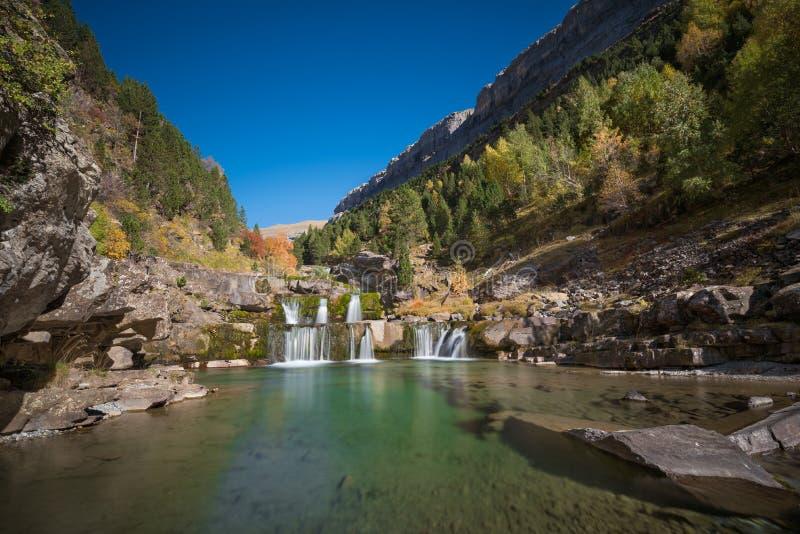 Cachoeira em Ordesa e no parque nacional do perdido do monte, Huesca, Aragon, Espanha imagem de stock