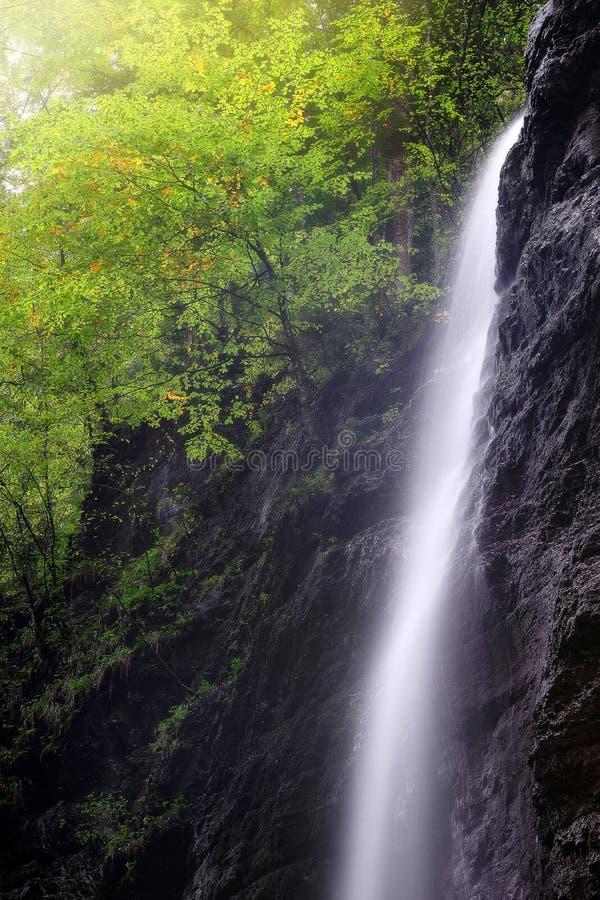 Cachoeira em Partnachklamm perto de Garmisch Partenkirchen, Baviera, Alemanha foto de stock royalty free