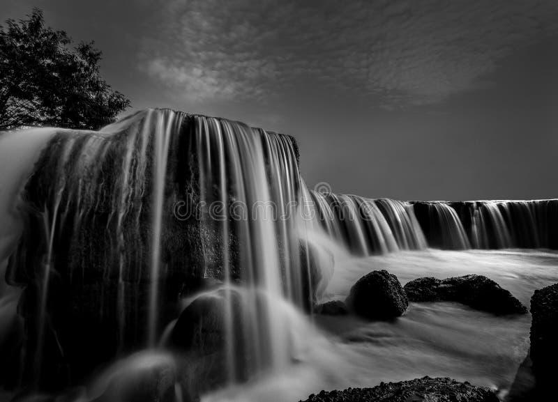 cachoeira em preto e branco imagem de stock