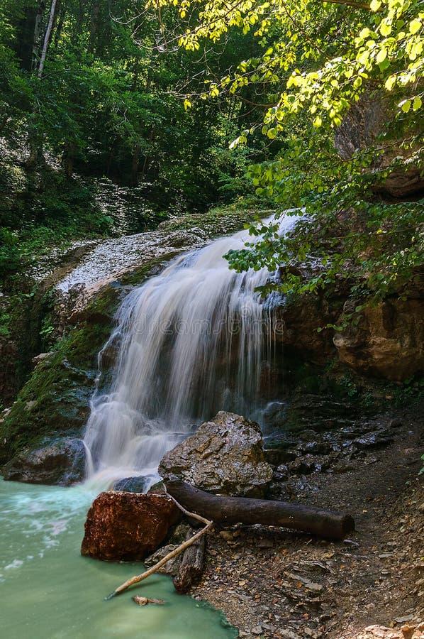 Cachoeira em um córrego da montanha imagens de stock