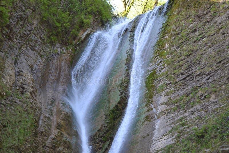 Cachoeira em um desfiladeiro da montanha imagem de stock