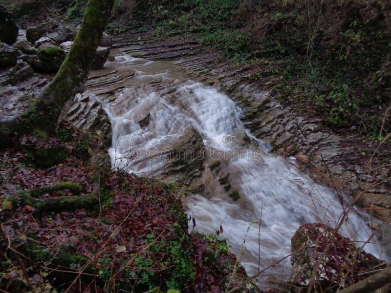 Cachoeira em um rio da montanha fotos de stock