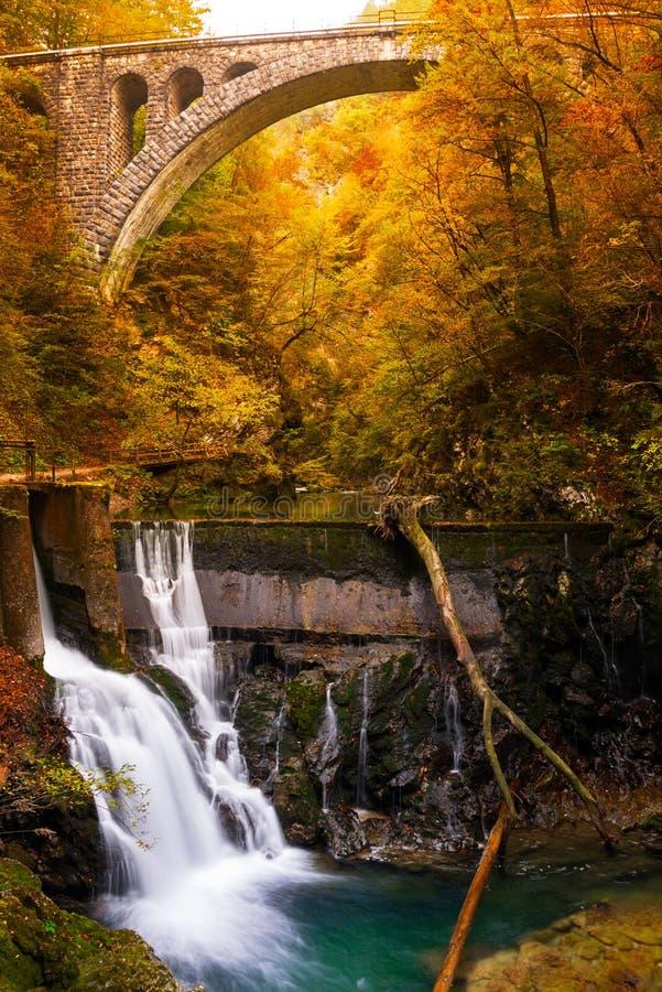 Cachoeira em uma garganta do outono fotos de stock