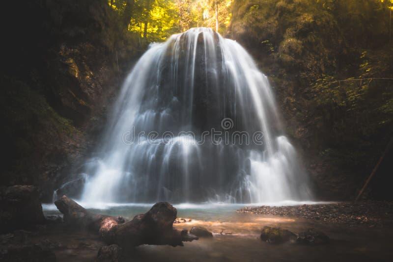 Cachoeira escondida profundamente na floresta de cumes bávaros fotos de stock
