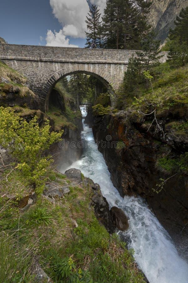 Cachoeira, gerada pela neve de derretimento nas montanhas francesas fotos de stock royalty free