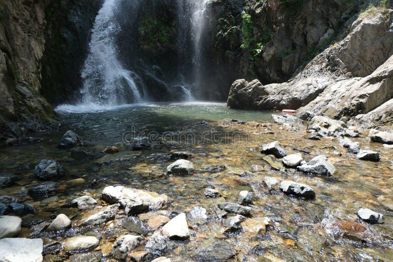 Cachoeira Imagem da cachoeira magnífica que flui das profundidades da cachoeira de Sudusen da floresta Yalova, Turquia foto de stock