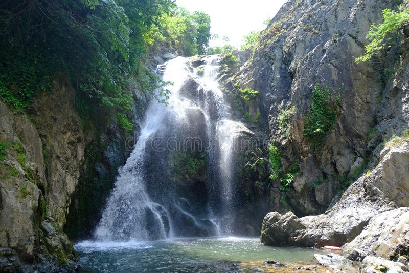Cachoeira Imagem da cachoeira magnífica que flui das profundidades da cachoeira de Sudusen da floresta Yalova, Turquia imagens de stock