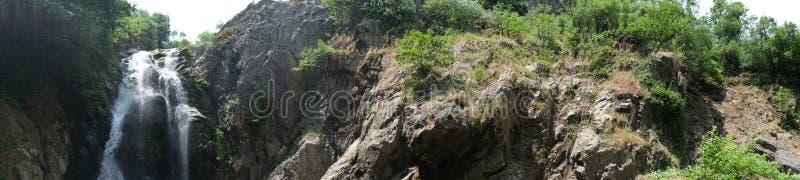 Cachoeira Imagem da cachoeira magnífica que flui das profundidades da cachoeira de Sudusen da floresta Yalova, Turquia fotos de stock