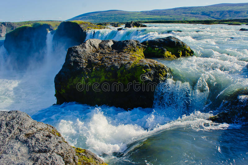 Cachoeira islandêsa em Islândia, Godafoss, opinião vibrante bonita da imagem do panorama do verão foto de stock royalty free