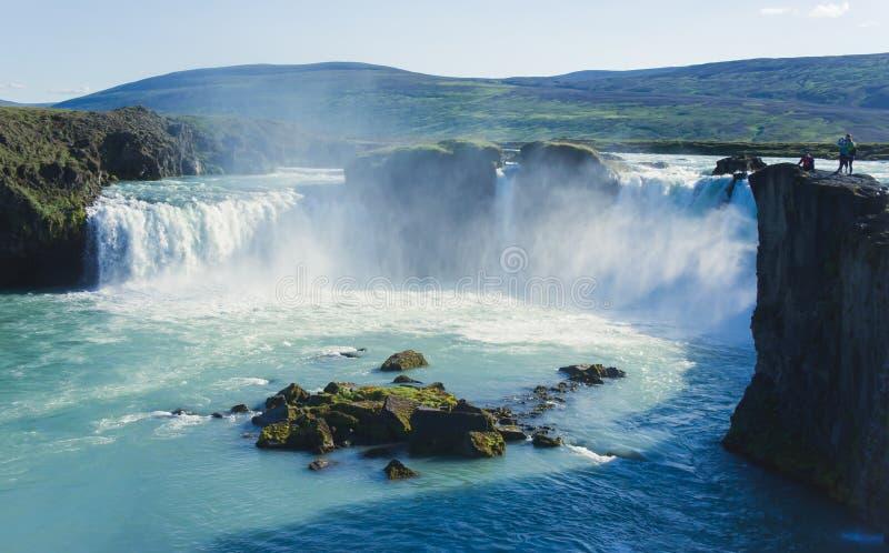 Cachoeira islandêsa em Islândia, Goddafoss, opinião vibrante bonita da imagem do panorama do verão fotos de stock royalty free