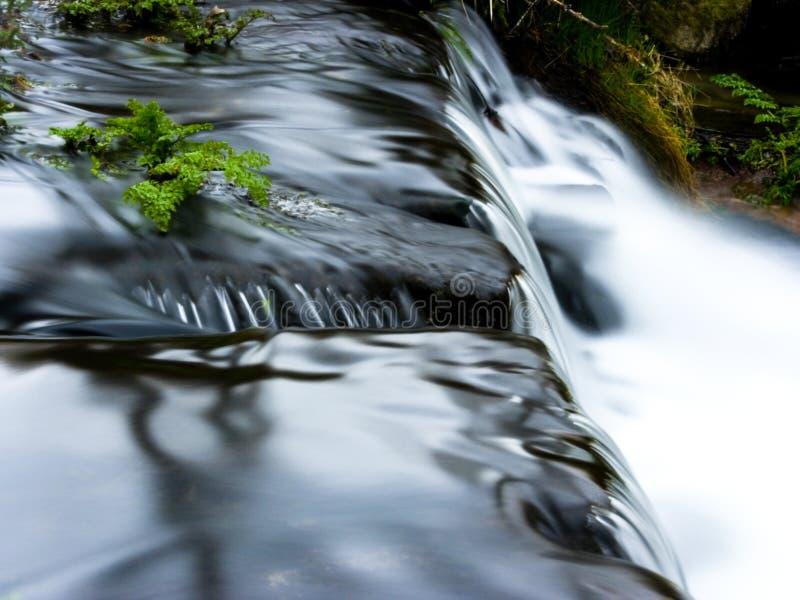 Cachoeira longa da exposição com espuma e reflexões imagem de stock