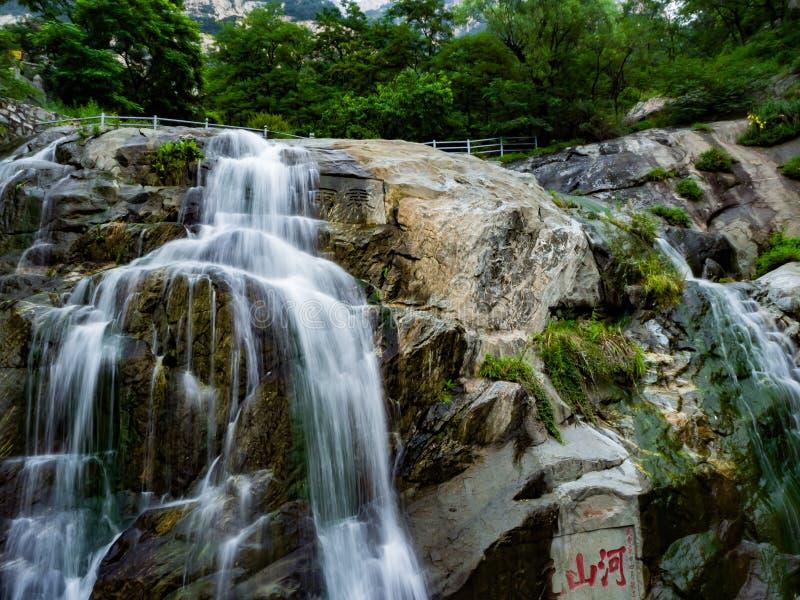 Cachoeira longa da exposição de Shan do ` de Mount Tai imagens de stock royalty free