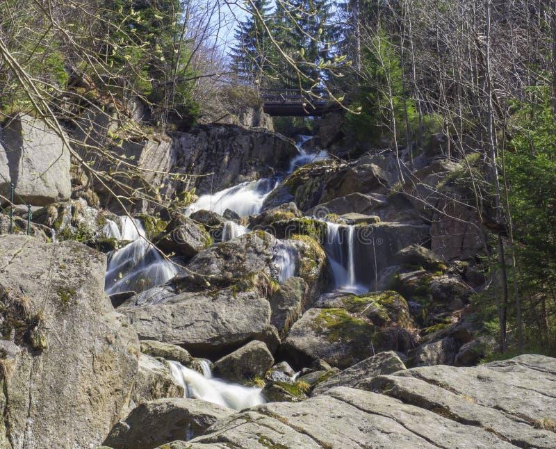 Cachoeira longa Velky Stolpich da exposição em Jizerske hory, montanha de Jizera, floresta na angra do preto de Cerny Stolpich em imagem de stock