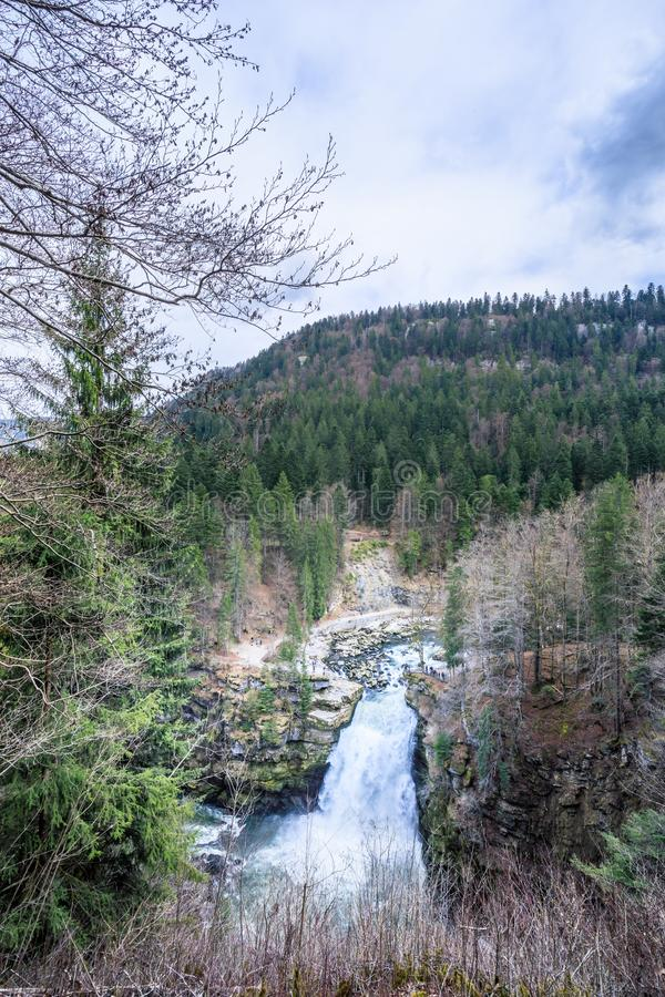 A cachoeira a mais grande de Saut du doubs na região de doubs imagens de stock