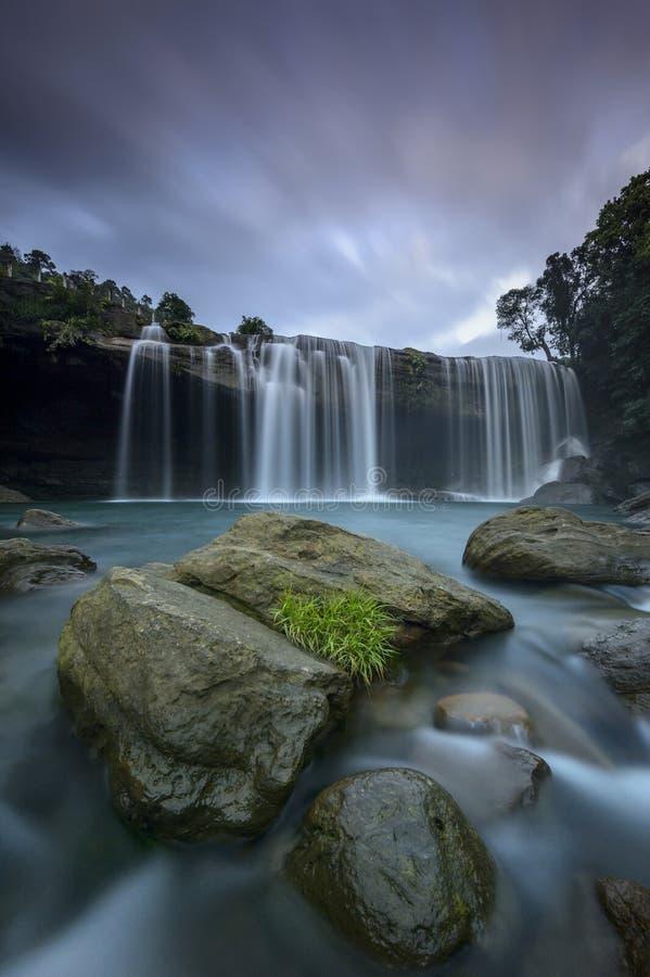Cachoeira majestosa do suri do krang perto dos montes do jaintia imagem de stock royalty free