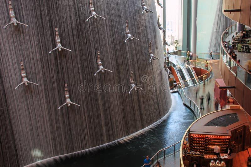 Cachoeira na alameda de Dubai, o shopping o maior do mundo baseado na área total fotos de stock