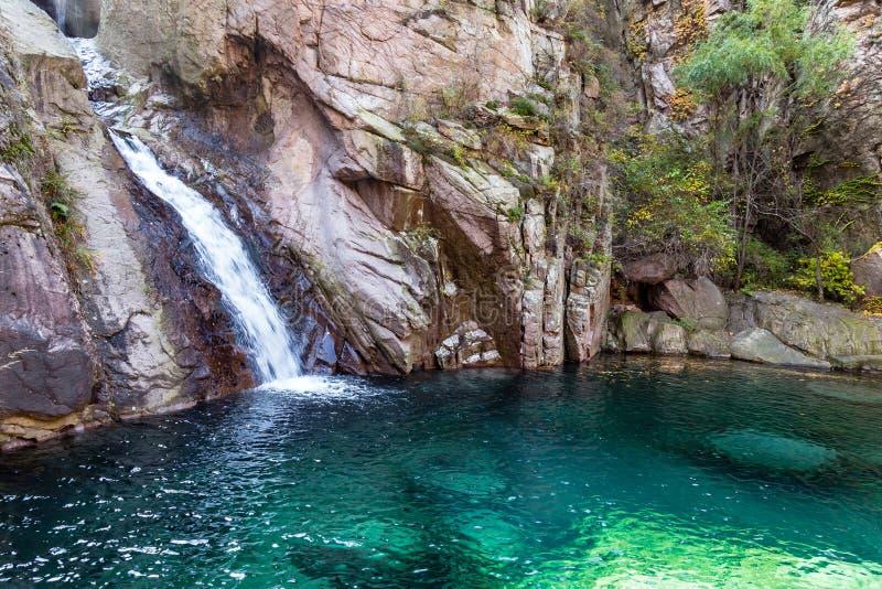 Cachoeira na fuga de Bei Jiu Shui, montanha de Laoshan, Qingdao, China foto de stock