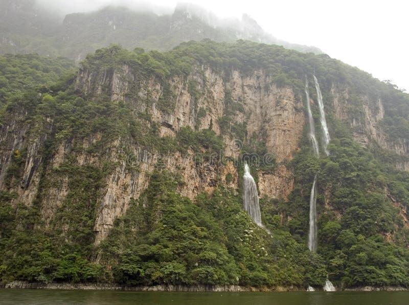 Cachoeira na garganta de Sumidero fotografia de stock royalty free