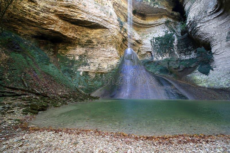 Cachoeira na garganta do rio Shakuran fotografia de stock