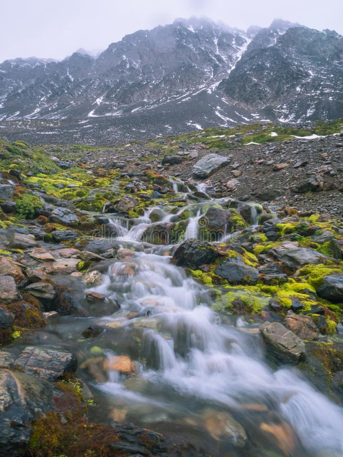 Cachoeira na geleira marcial em Ushuaia detalhe do rio pequeno imagem de stock